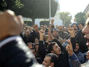 Plusieurs travailleurs ont afflué devant le siège de la centrale