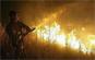 Les colonnes de fumée continuent de monter de l'incendie signalé