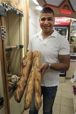 C'est un boulanger tunisien qui a remporté le prix de « La meilleure baguette de Paris ». Il s'agit de Ridha Khadher