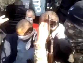 Il circule sur les réseaux sociaux une vidéo dans laquelle apparaît un Tunisien en train de menacer d'égorger des prisonniers